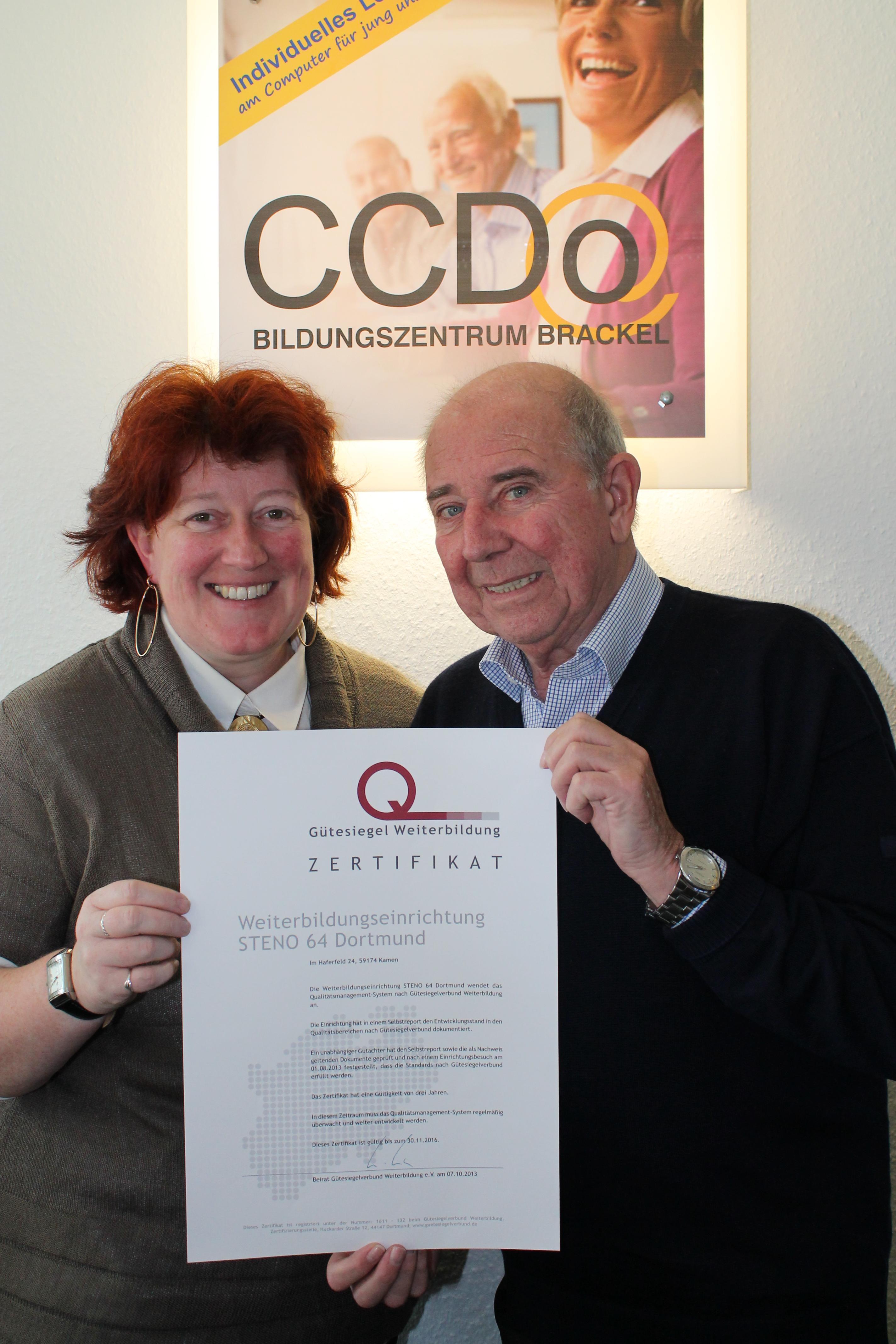 Veronika Masling und Gerd Rölleke präsentieren das Zertifikat des Gütesiegelverbundes